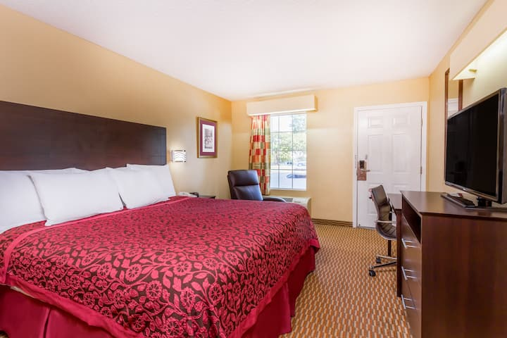 Guest room at the Days Inn Simpsonville in Simpsonville, South Carolina