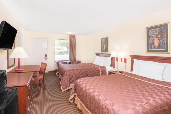 Guest room at the Days Inn Spartanburg Waccamaw in Spartanburg, South Carolina