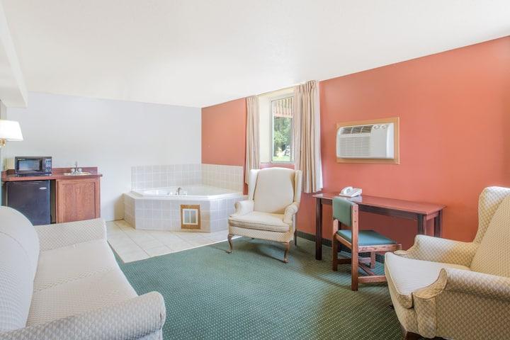 Guest room at the Days Inn Custer in Custer, South Dakota