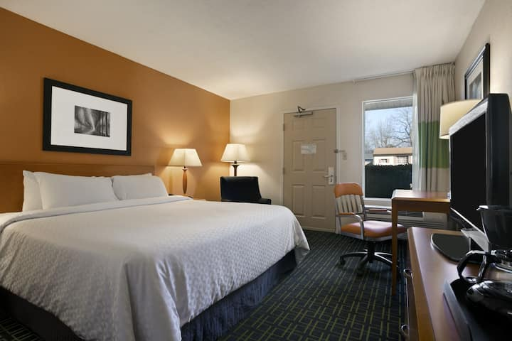 Guest room at the Days Inn Chattanooga/Hamilton Place in Chattanooga, Tennessee