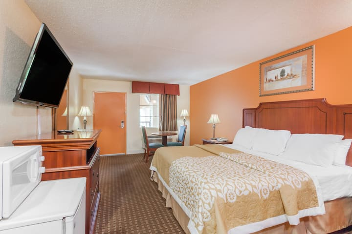 Guest room at the Days Inn Columbia in Columbia, Tennessee