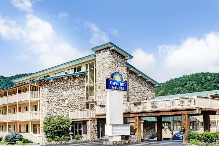 Gatlinburg Tn Hotels >> Days Inn Suites By Wyndham Downtown Gatlinburg Parkway