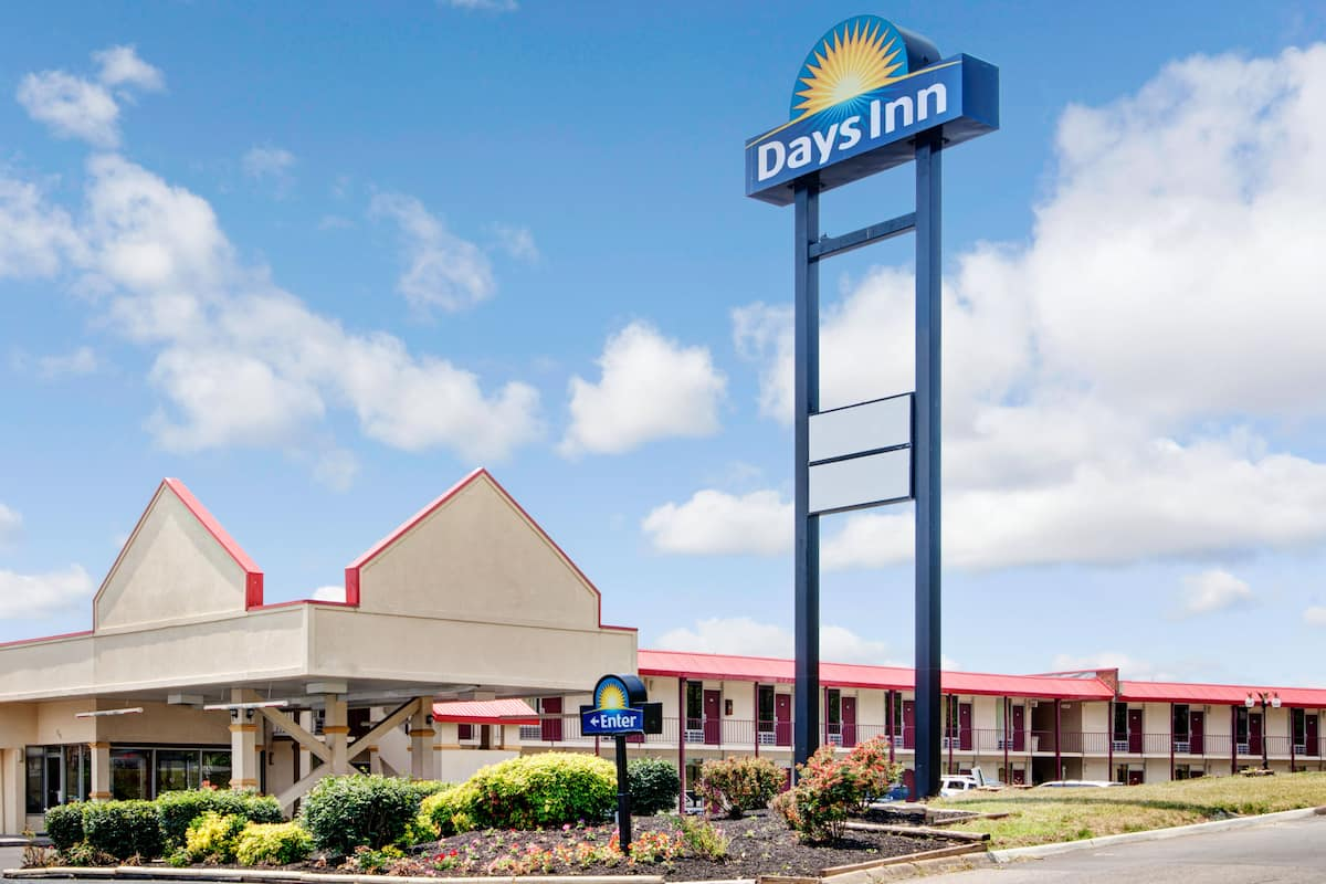 Exterior Of Days Inn Knoxville West Hotel In Tennessee