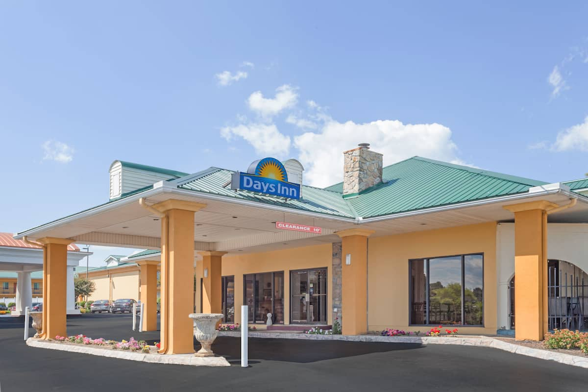 Exterior Of Days Inn By Wyndham Lenoir City Hotel In Tennessee