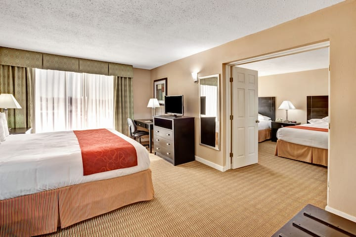 Days Inn Arlington Six Flags/Ballpark/AT&T Stadium suite in Arlington, Texas