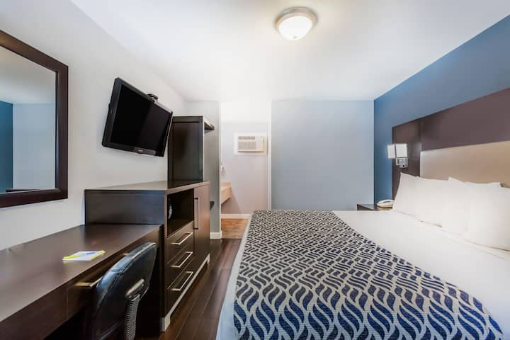 Guest room at the Days Inn Austin/University/Downtown in Austin, Texas