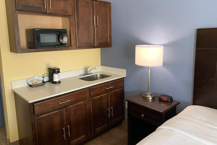Guest room at the Days Inn Beaumont in Beaumont, Texas
