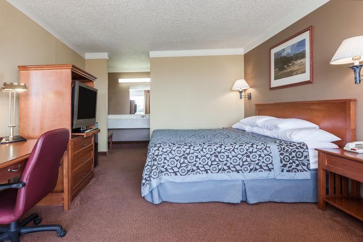 Guest room at the Days Inn Hillsboro TX in Hillsboro, Texas