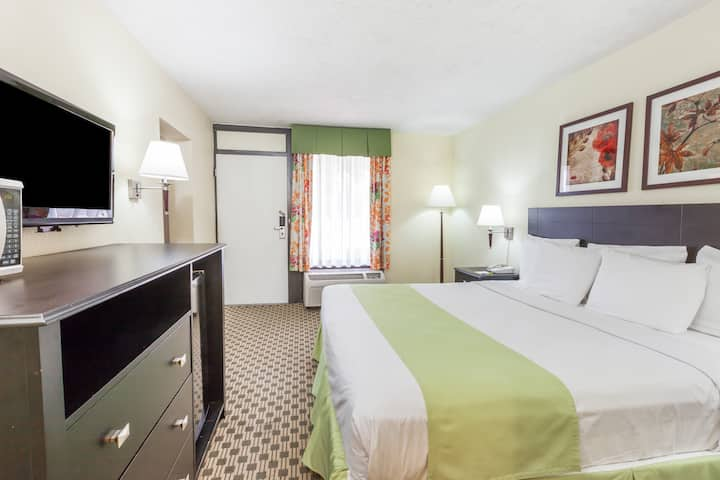 Guest room at the Days Inn Irving Grapevine DFW Airport North in Irving, Texas