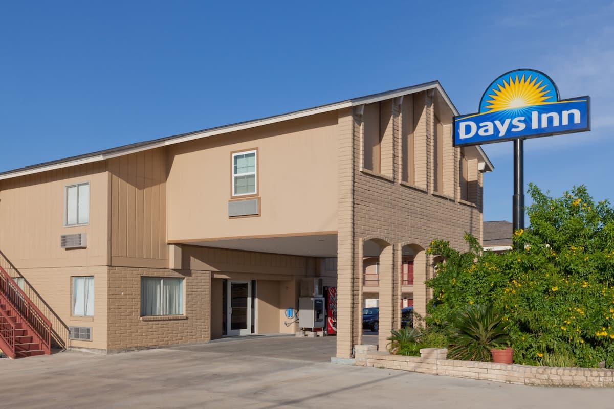 Exterior Of Days Inn Kenedy Hotel In Texas