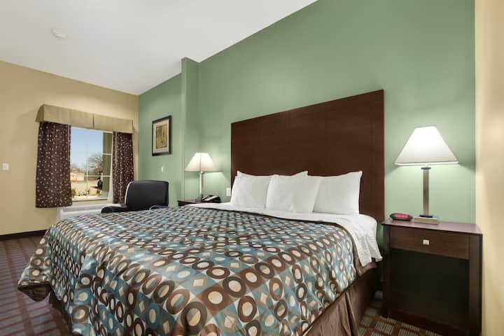 Guest room at the Days Inn Kilgore in Kilgore, Texas