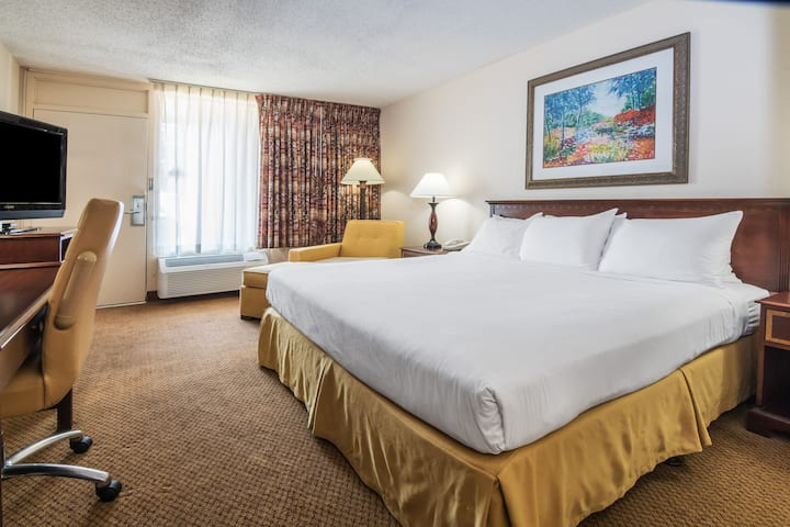 Guest room at the Days Inn Killeen Fort Hood in Killeen, Texas