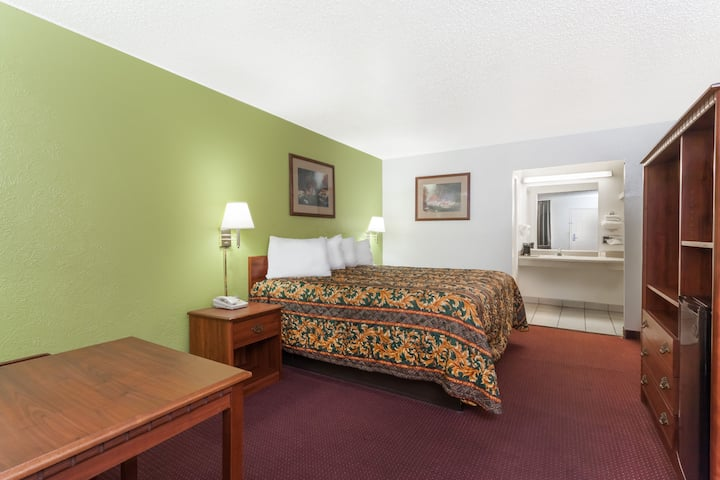 Guest room at the Days Inn San Antonio Lytle in Lytle, Texas