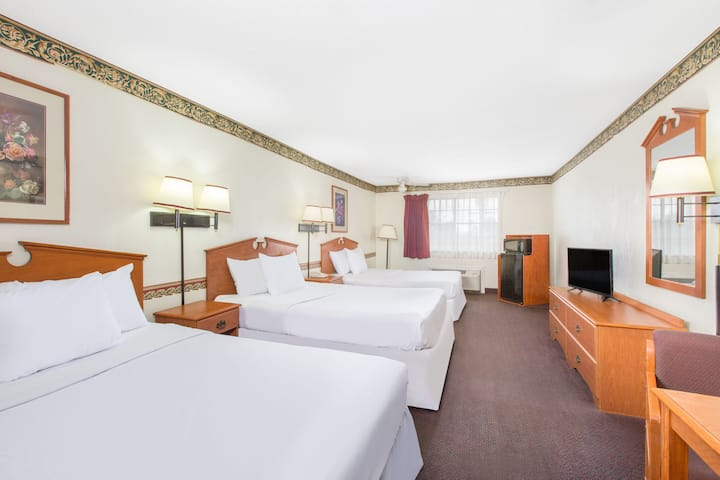 Guest room at the Days Inn & Suites Marshall in Marshall, Texas
