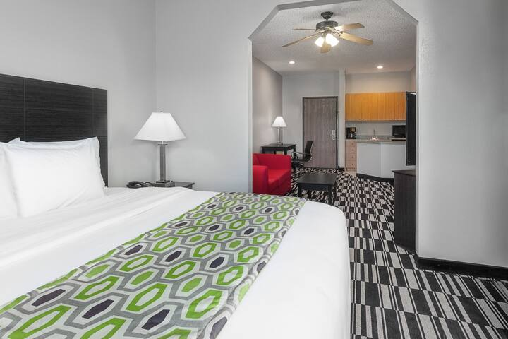 Guest room at the Days Inn and Suites Sulphur Springs in Sulphur Springs, Texas