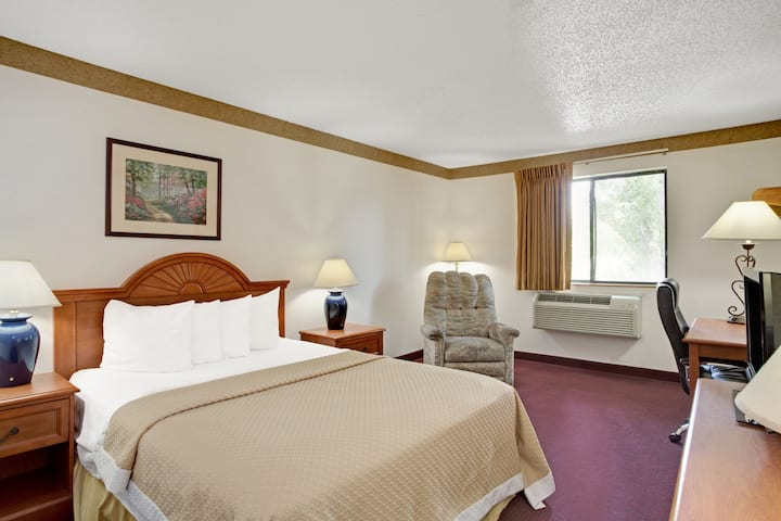 Guest room at the Days Inn Clearfield in Clearfield, Utah