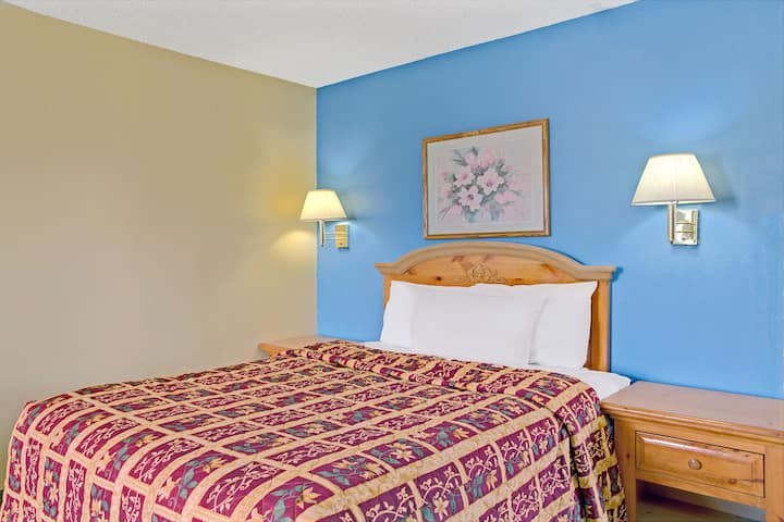 Guest room at the Days Inn Lehi in Lehi, Utah