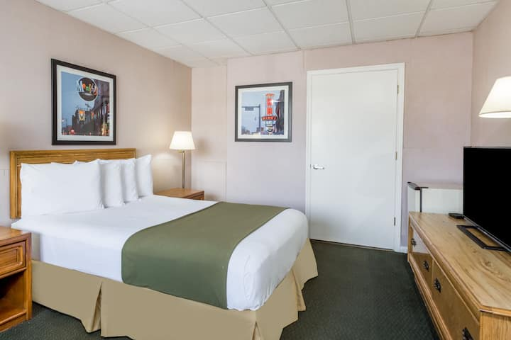 Guest room at the Days Inn Bedford in Bedford, Virginia