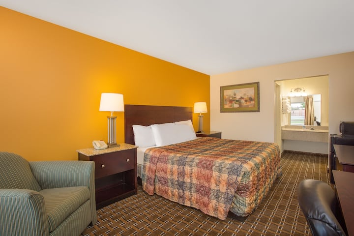 Guest room at the Days Inn Chester in Chester, Virginia