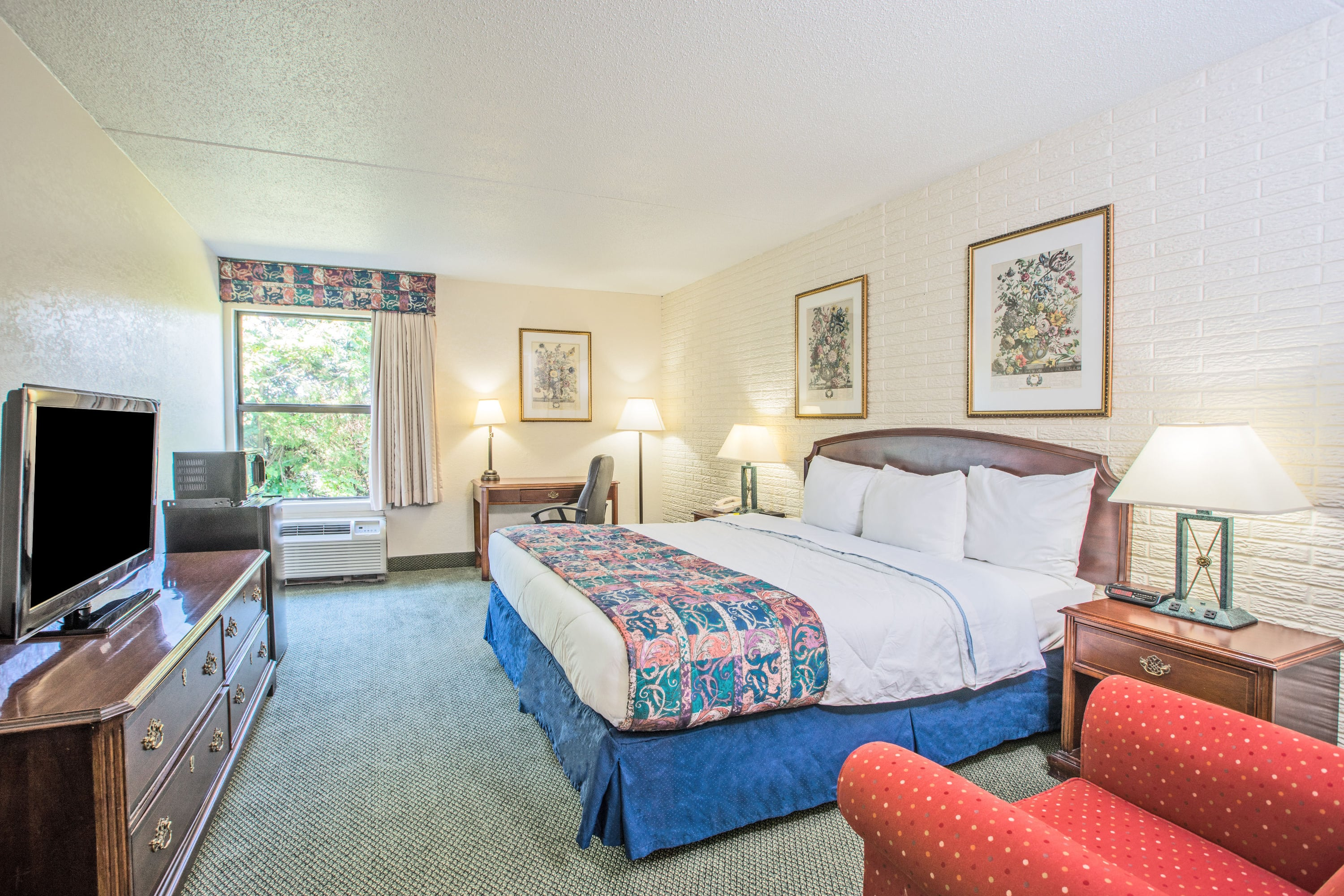 Guest room at the Days Inn Leesburg in Leesburg, Virginia
