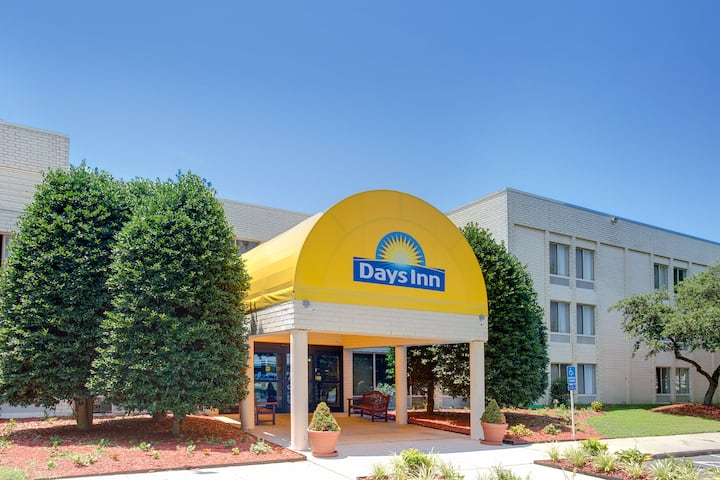 Exterior Of Days Inn By Wyndham Newport News City Center Oyster Point Hotel In
