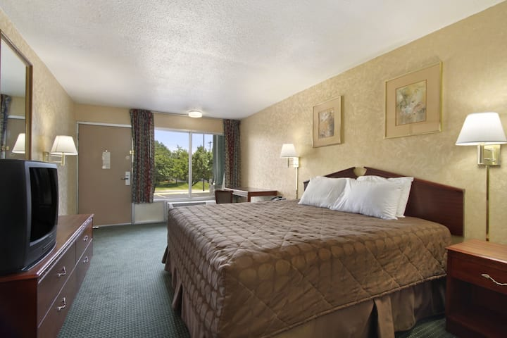 Guest room at the Days Inn Roanoke Civic Center in Roanoke, Virginia