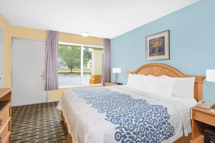 Guest room at the Days Inn Ruther Glen Kings Dominion Area in Ruther Glen, Virginia