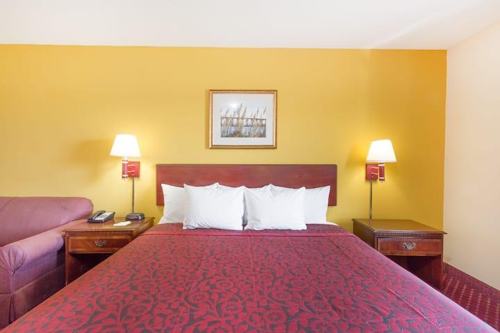 Guest room at the Days Inn Tappahannock in Tappahannock, Virginia