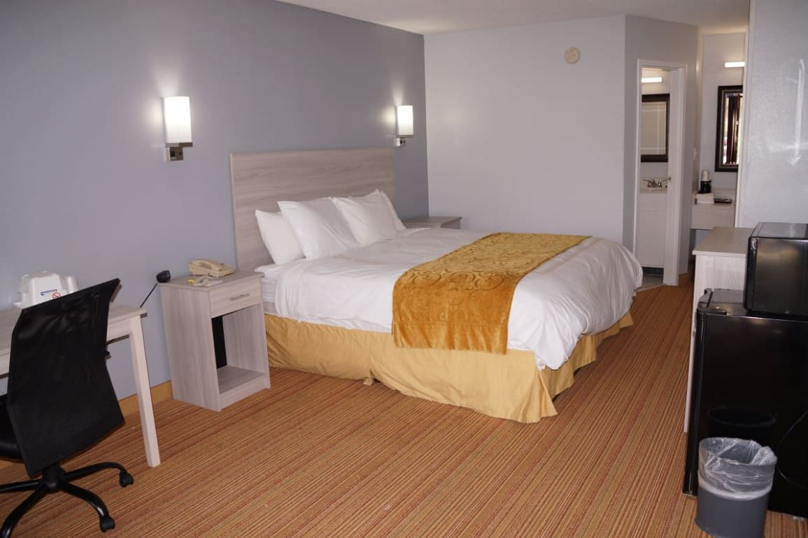 Guest room at the Days Inn & Suites Williamsburg Colonial in Williamsburg, Virginia