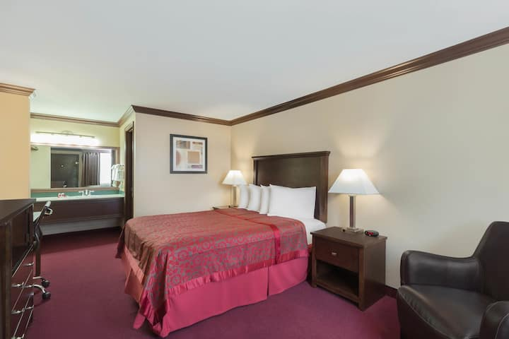 Guest room at the Days Inn Auburn in Auburn, Washington