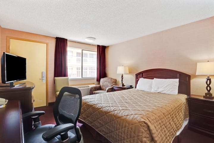 Guest room at the Days Inn Seattle South Tukwila in Seattle, Washington