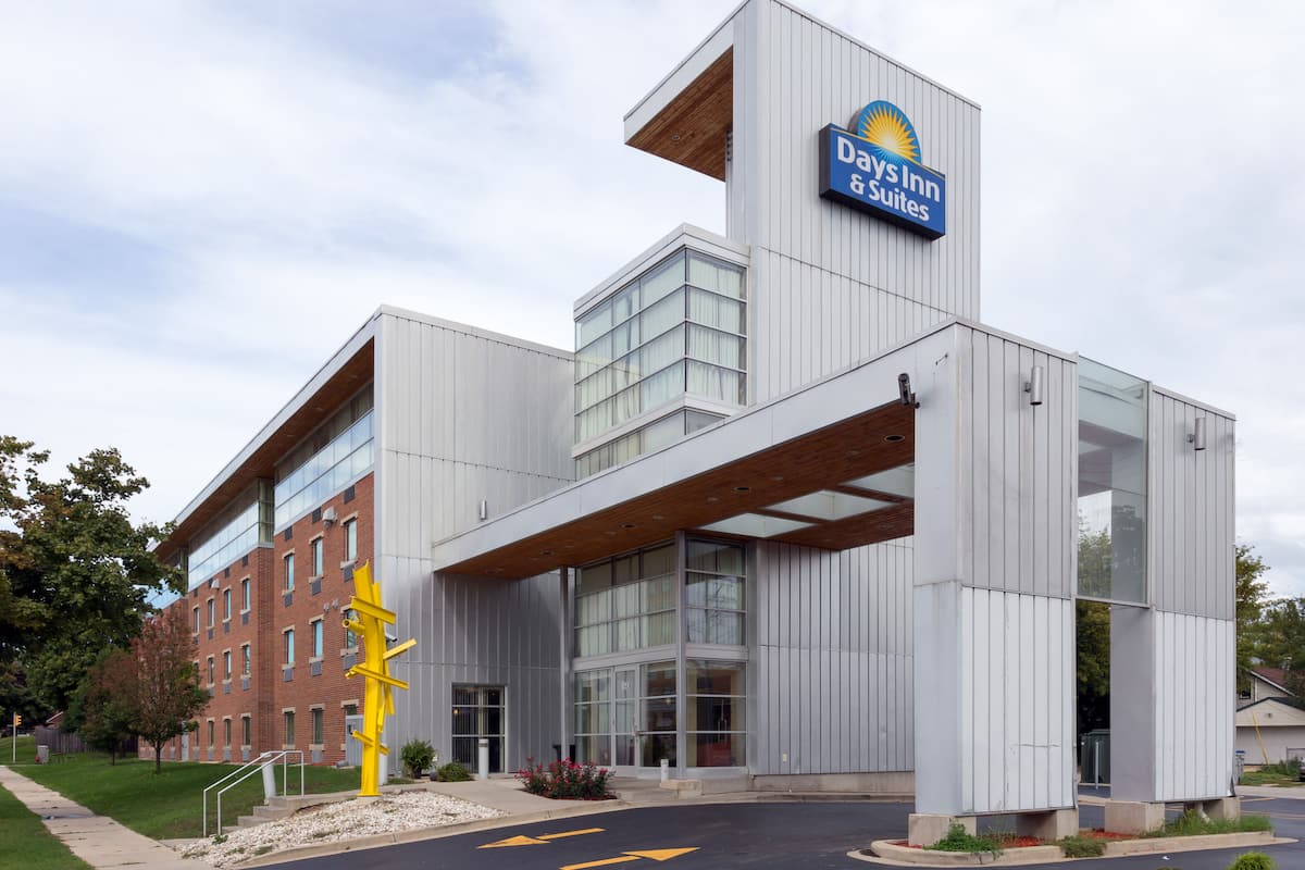Exterior Of Days Inn Suites Milwaukee Hotel In Wisconsin