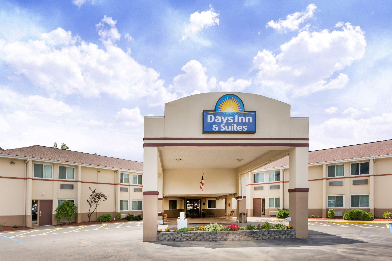 Days Inn Suites By Wyndham Bridgeport Clarksburg Wv Hotels