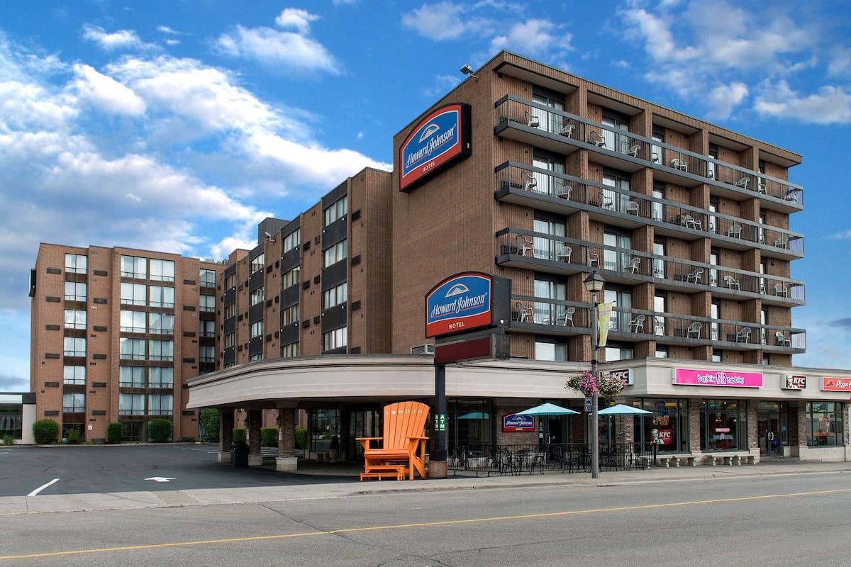 Exterior Of Howard Johnson Hotel By Wyndham The Falls Niagara In