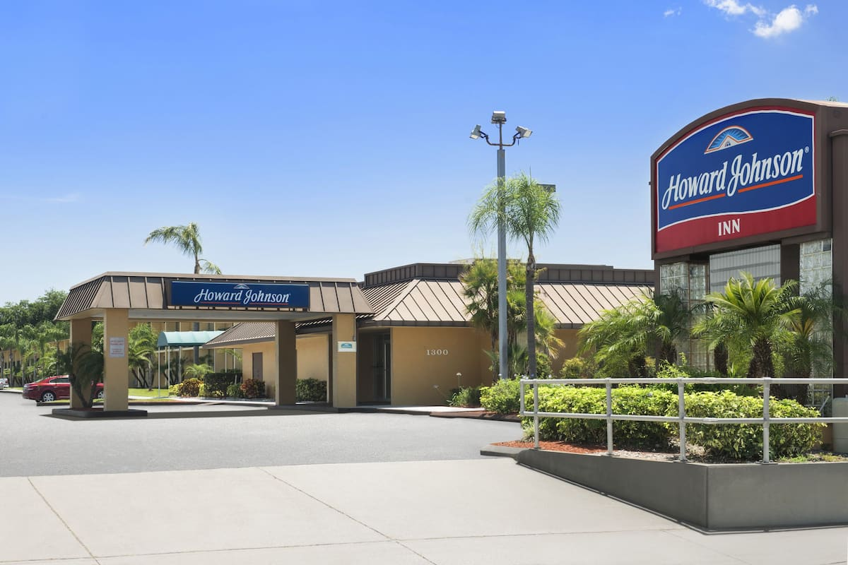 Exterior Of Howard Johnson By Wyndham Winter Haven Fl Hotel In Florida