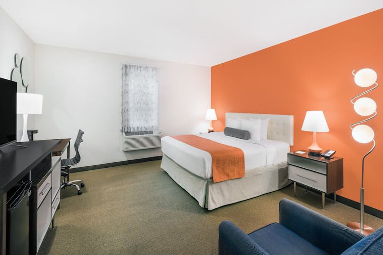 Guest Room At The Howard Johnson By Wyndham Quincy In Machusetts