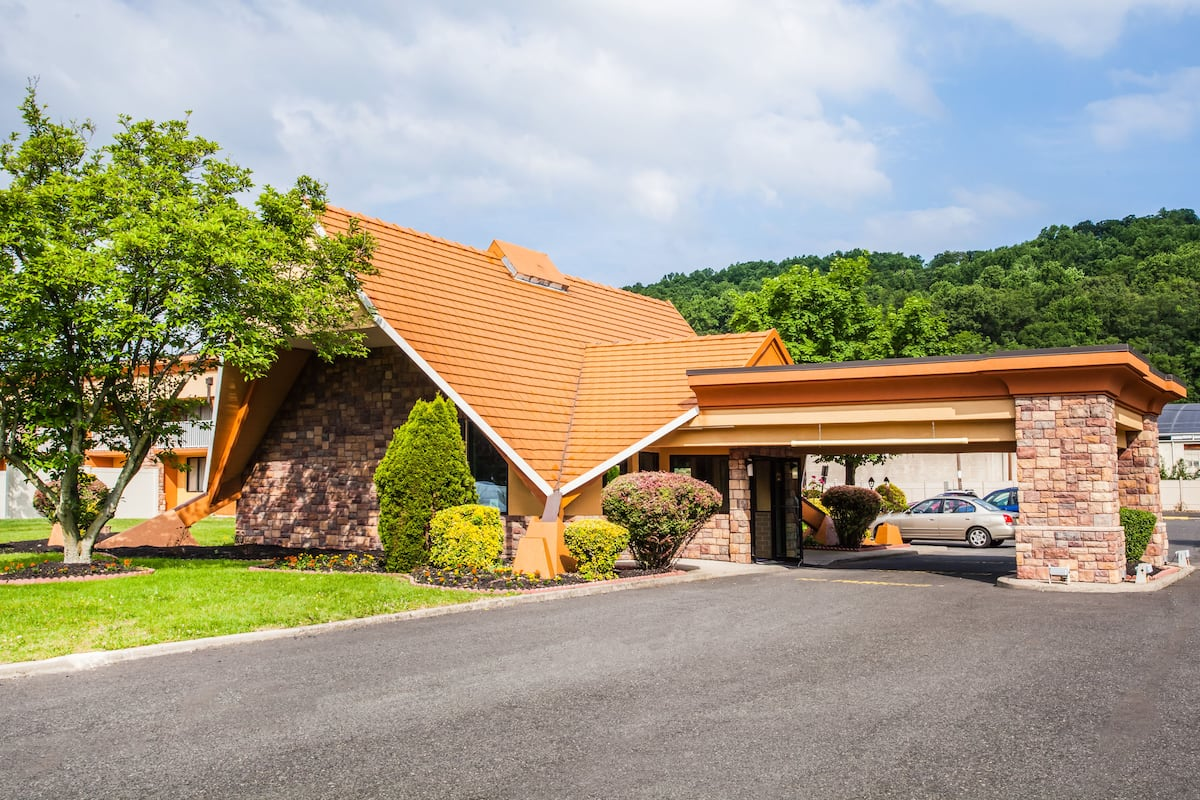 Exterior Of Howard Johnson Express Inn North Plainfield Hotel In New Jersey