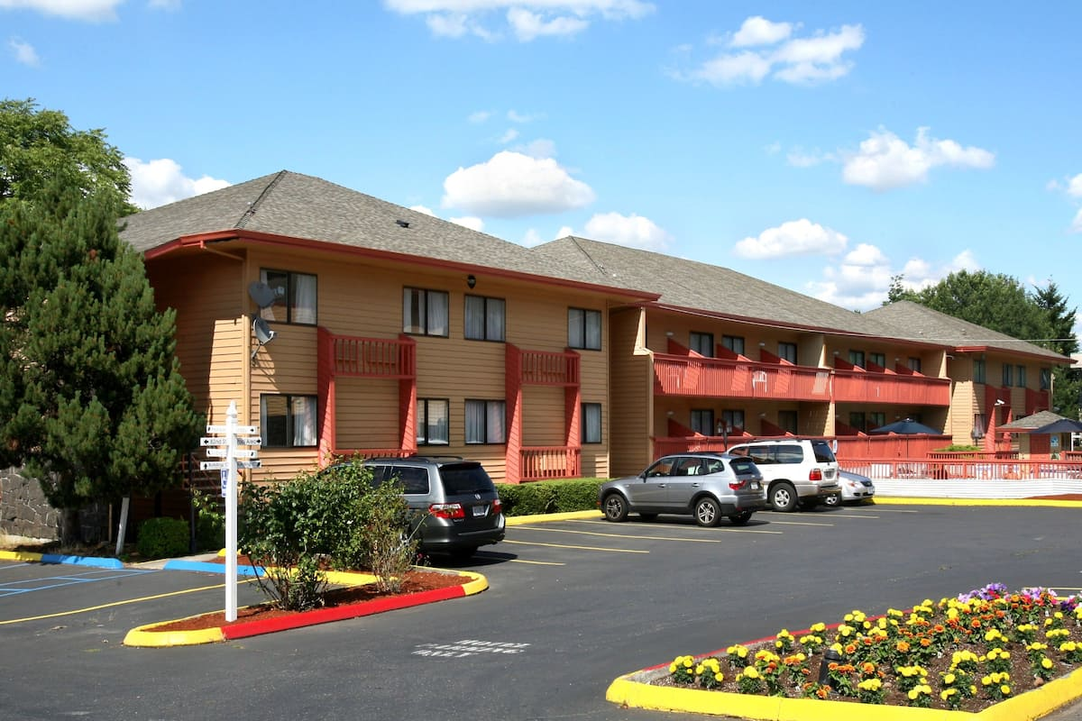 Exterior Of Howard Johnson By Wyndham Portland Airport Hotel In Oregon