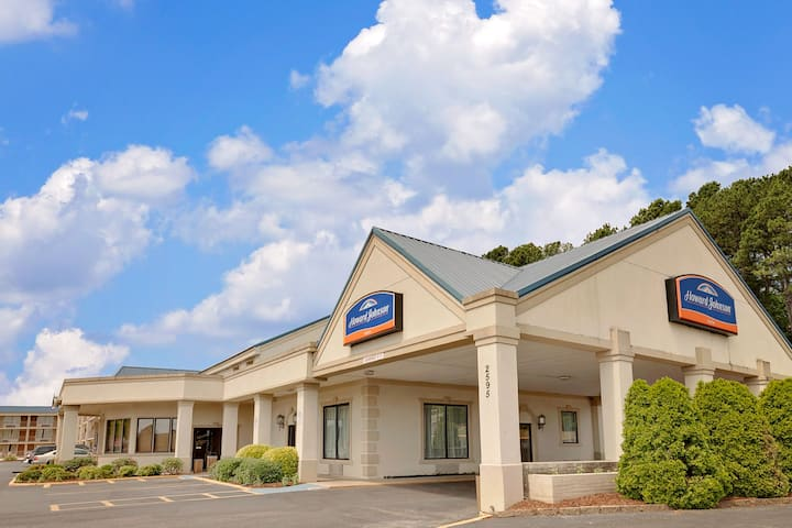 exterior of howard johnson by wyndham cleveland hotel in cleveland tennessee - Olive Garden Cleveland Tn