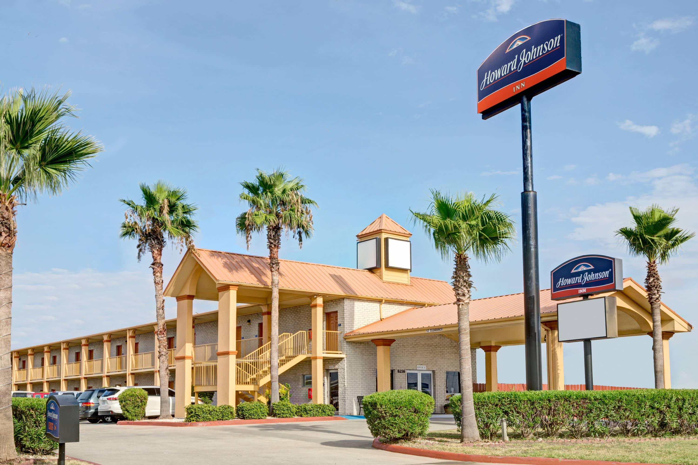 Exterior Of Howard Johnson By Wyndham Galveston Hotel In Galveston, Texas