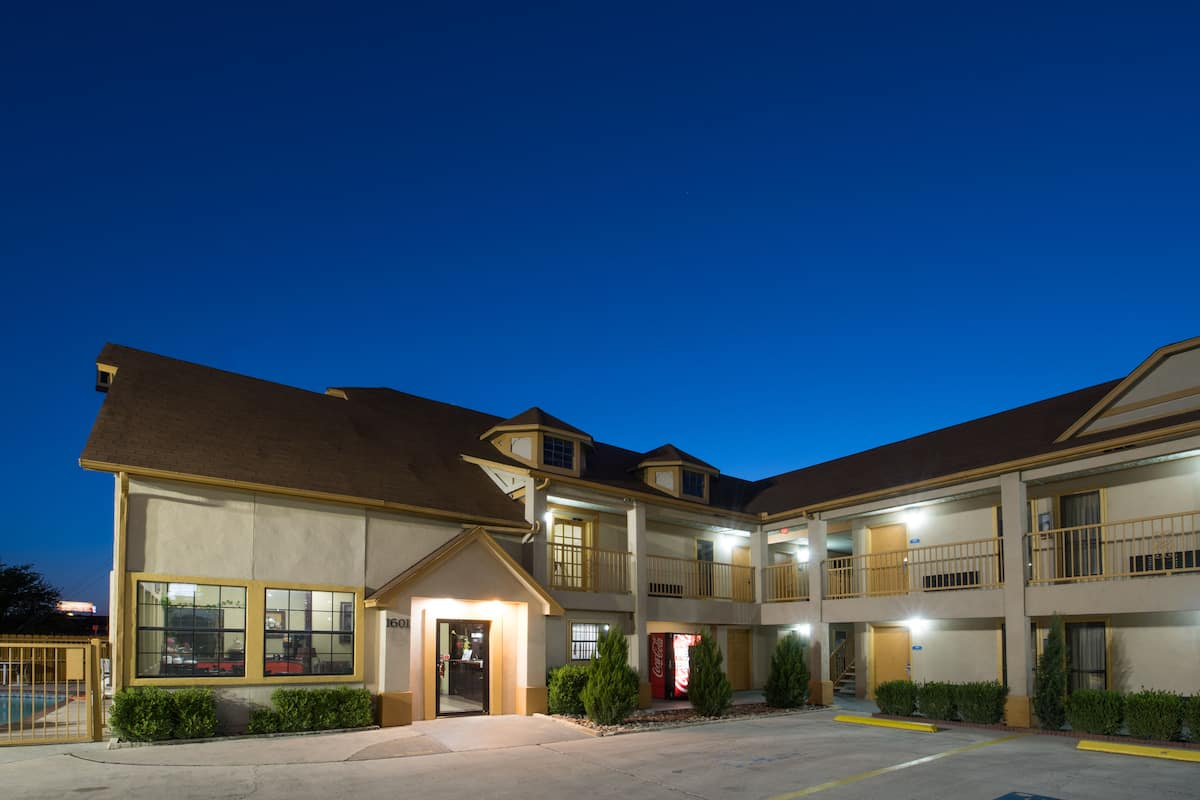 Exterior Of Howard Johnson By Wyndham San Marcos Hotel In Texas