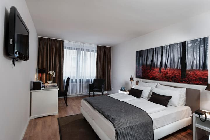 Guest room at the Wyndham Mannheim in Mannheim, Other than US/Canada