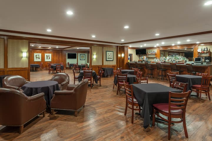 Bar at Wyndham Visalia in Visalia, California