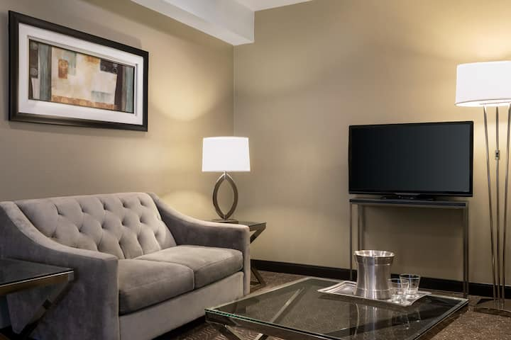 Wyndham Springfield City Centre suite in Springfield, Illinois