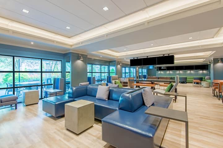 Bar at Wyndham Hamilton Park Hotel and Conference Center in Florham Park, New Jersey