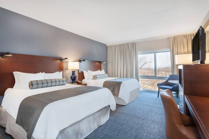 Guest Room At The Wyndham Hamilton Park Hotel And Conference Center In Florham New