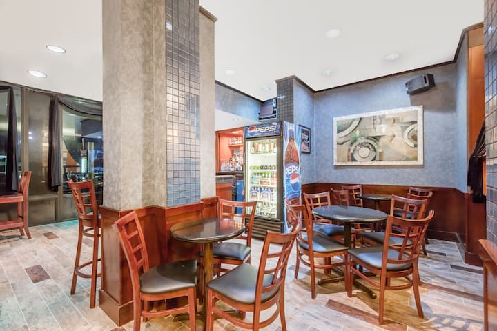 Bar at Wyndham Philadelphia - Mount Laurel in Mount Laurel, New Jersey