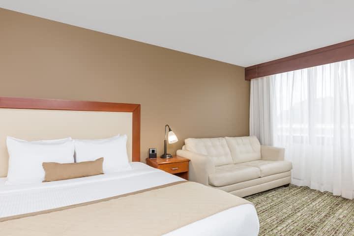 Guest Room At The Wyndham Philadelphia Mount Laurel In New Jersey