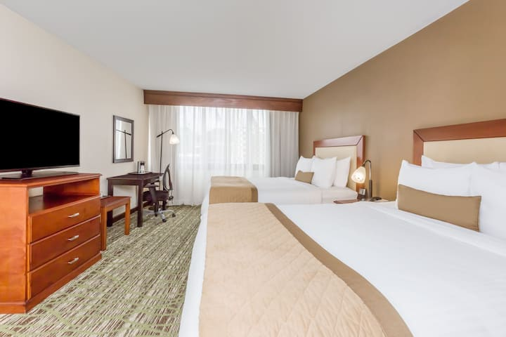 Guest room at the Wyndham Philadelphia - Mount Laurel in Mount Laurel, New Jersey