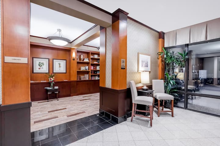 Wyndham Philadelphia - Mount Laurel hotel lobby in Mount Laurel, New Jersey